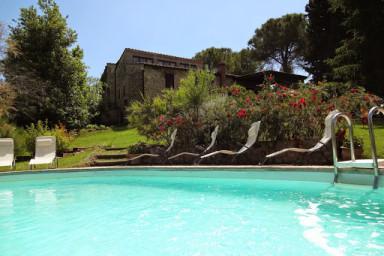 Rymlig trädgård i detta gamla vackra hus med pool