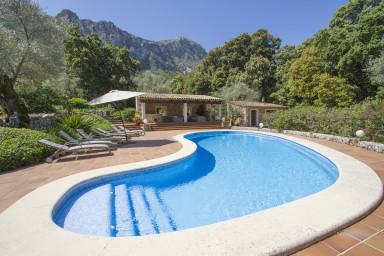 Villa med enastående blomstrande tomt och inbjudande pool
