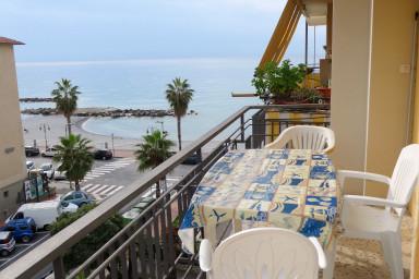 Strandnära lägenhet med magnifik utsikt från terrasser i flera väderstreck