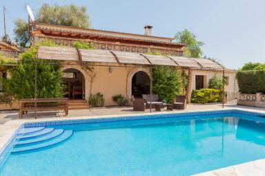 Omåttligt populär villa med härlig pool och  rum för många