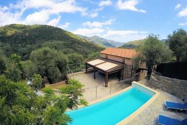 Villa med pool att hyra i italiensk by vid Rivieran