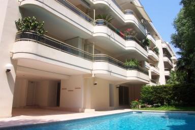 Estetisk lägenhet med gemensam pool och terrass