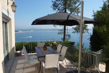 Njut av hänförande utsikt i denna villa med pool och solterass