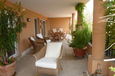 Supertrevlig lägenhet med stor terrass och tillgång till pool och pingis