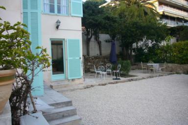 Bo granne med havet i denna lägenhet med trädgård