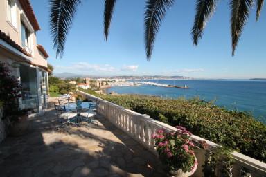Villa med spektakulär havsutsikt 200m från stranden