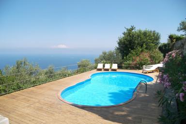 Stor vacker villa med härlig trädgård och pool