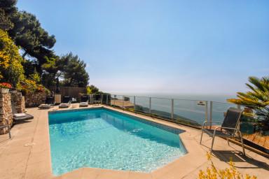 Pampigt hus med pool och havsutsikt i underbara bergsbyn Eze