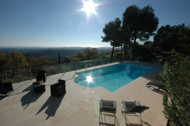 Villa med lugnt läge och tennisbana i Tourettes-sur-Loup