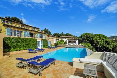 Vacker villa med läcker pool och härlig utsikt