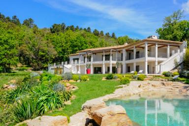 Nybyggd modern villa med pool i La Garde Freinet