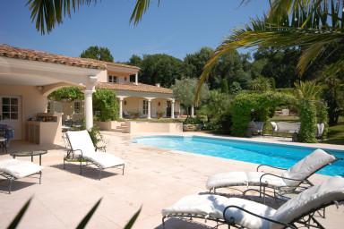 Magnifik villa med pool och vacker trädgård
