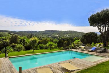 Tjusig villa med vackert poolområde