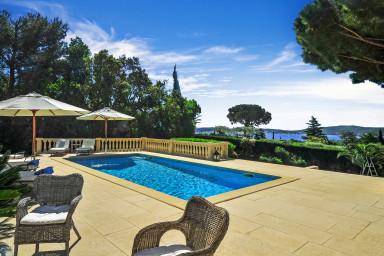 Elegant villa med pool och havsutsikt