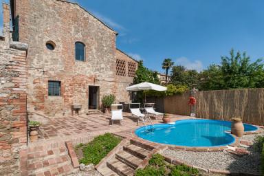 Historisk villa med mycket karaktär och pool