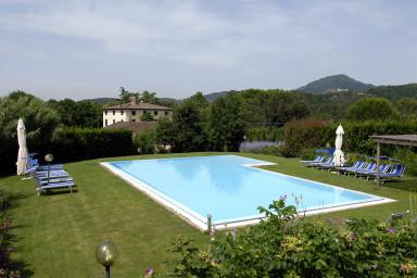 Traditionell italiensk villa med pool med plats för hela familjen