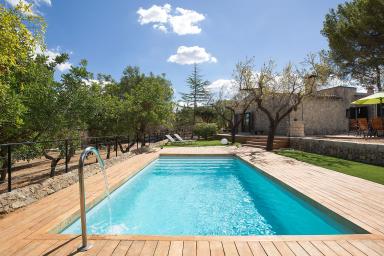 Mycket vacker och smakfullt renoverad lantgård med pool
