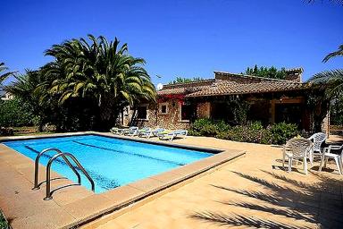 Smakfull villa med härligt poolområde och utsikt över landskapet