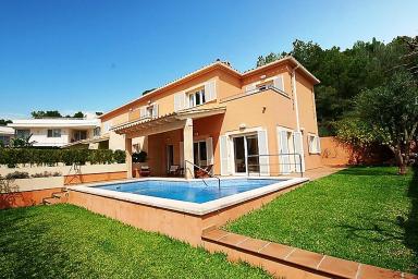 Bekväm villa med pool och utskick över bergen