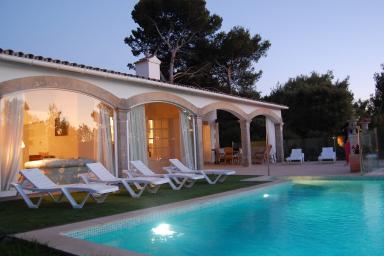 Modern villa med med privat pool och utsikt över den mallorcanska landsbygden