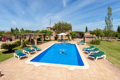 Magnifik villa med pool och rymlig trädgård