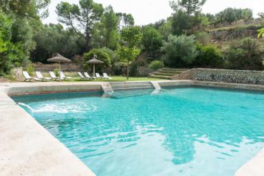 Magnifik villamed enorm pool och fantastisk trädgård