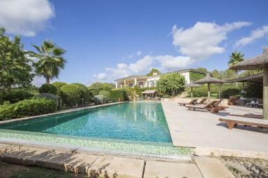 Stor luxuös villa med enorm pool belägen endast 100 m från golfbanan Vall d'Or