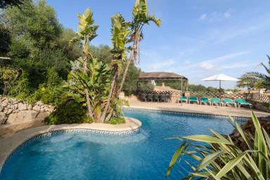 Generös och smakfull villa med pool och härlig utsikt