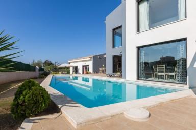 En modern och stilren familjevilla med pool och avkopplande soldäck