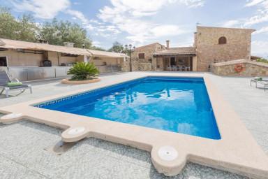 Underbart hus med stor terrass, pool och lantlig omgivning
