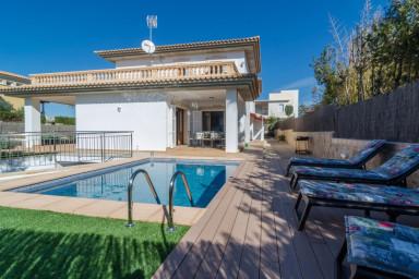 Underbar villa med pool och 4 verandor för sol och lata dagar