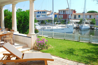 Belle maison spacieuse avec terrasse, grand jardin, amarrage et WIFI