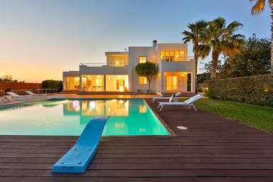 Underbar nybyggd villa med modern inredning och stor pool