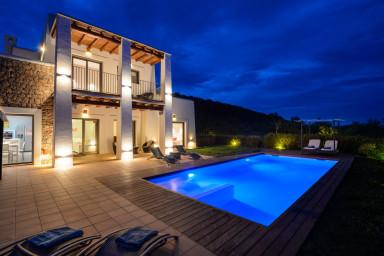 Urläcker nybyggd villa med modern inredning och härlig uteterrass
