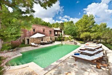 Smakfullt hus med vackert poolområde och stor veranda
