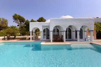 Underbart vacker villa med upplyst pool och pingisbord
