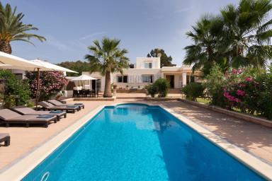 Nyrenoverad villa med pool omgärdad av palmer