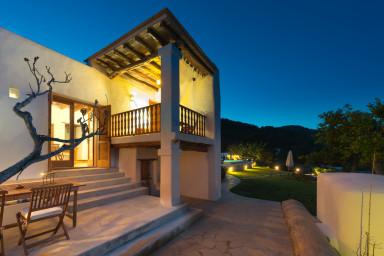 Fantastisk villa med underbar utsikt och härlig trädgård med pool