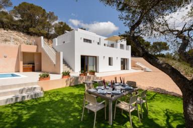 Hisnande utsikt i denna underbara och nybyggda villa med pool