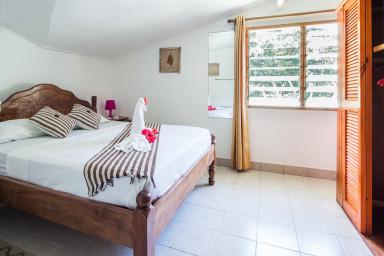 Chbre 5 : Belle chambre parentale à l'étage, clim, SDB et WC. WIFI