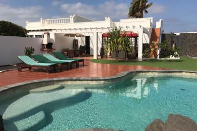 Beautiful Villa Jardin in Playa Blanca, with private pool