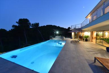 Villa moderne de luxe vue 360°  piscine à débordement