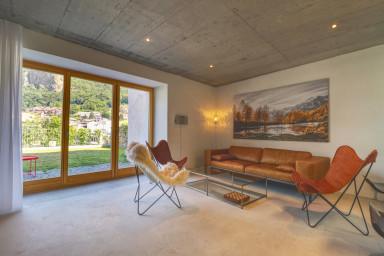 Maison moderne dans la vieille ville de Viège in Visp — Coucou&Co