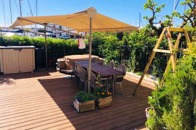 Fully renovated apartment with a large garden and mooring