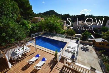 Villa Dragos con una piscina junto a la playa y al centro de la ciudad