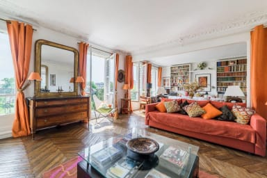 The living room, with a wonderful view on the Square Saint Jacques