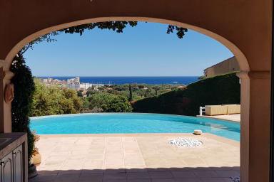 Villa de prestige à Sainte-Maxime avec piscine à débordement et vue mer