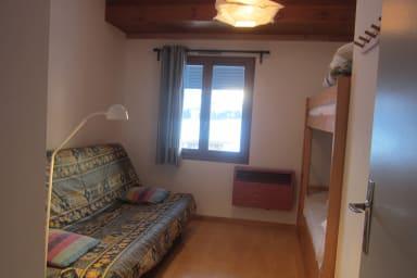 La chambre avec 2 lits superposés et un clic-clac