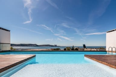 Gorgeous apartment in Alges with Stunning Rooftop Pool