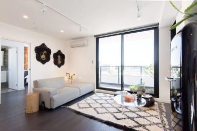 Stylish 2 Bedroom top-floor Collingwood apartment